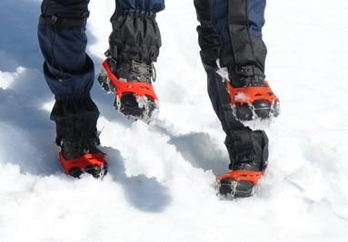 Wanderung mit Schuhketten im Schnee